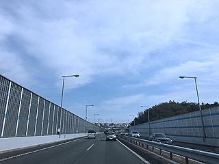 横浜横須賀道路、安全運転で爆走中!
