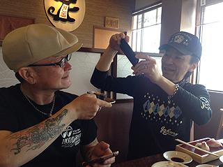 寿司屋ではしゃぐ、山口さんとnobさん
