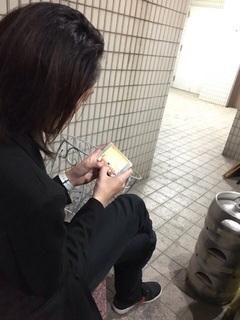 LIVEの合間にゲームに没頭する川本氏